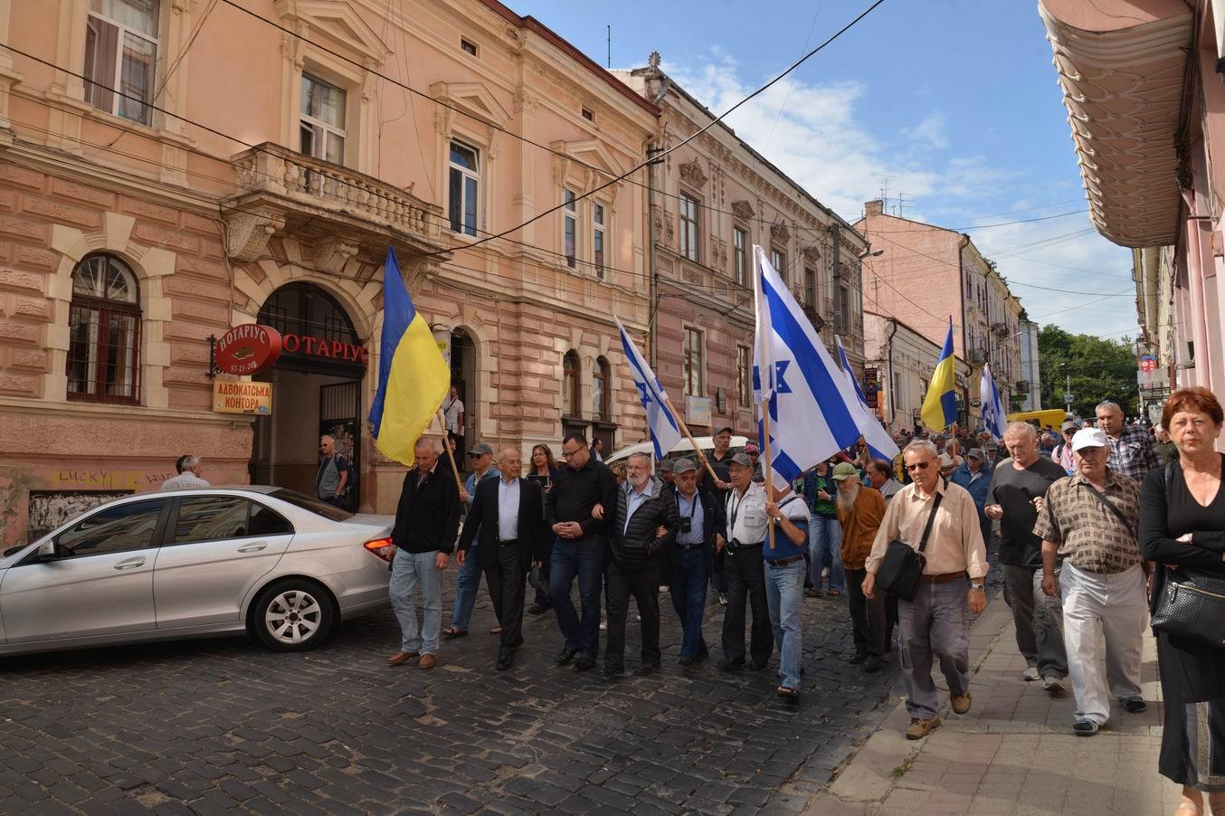 Resize of 2015-07 המצעד בצרנוביץ עם ראשי העיר